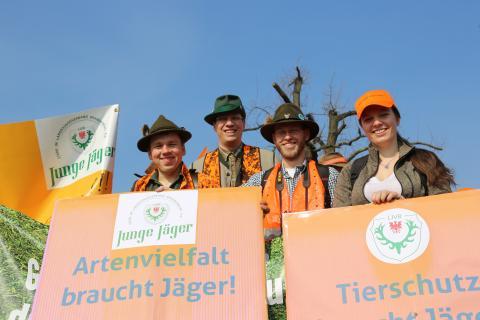Diese Jungen Jäger sind sich einig: Artenvielfalt braucht Jäger! (Quelle: DJV)