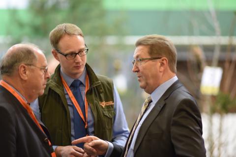 Dr. Robert Kloos (r.), Staatssekretär des Bundesministeriums für Ernährung, Landwirtschaft und Verbraucherschutz, im Gespräch mit DJV-Präsident Hartwig Fischer (l.) und DJV-Geschäftsführer Andreas Leppmann (2.v.l.)