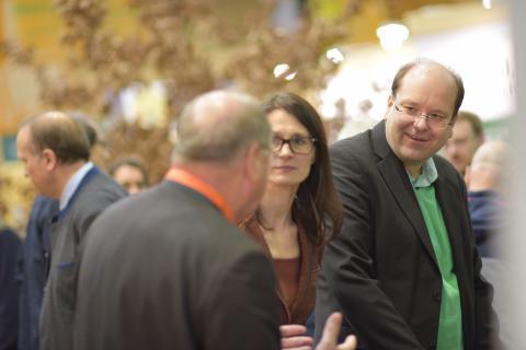 Christian Meyer (r.), Minister für Ernährung, Landwirtschaft und Verbraucherschutz des Landes Niedersachsen, lässt sich von Hartwig Fischer (l.) durch das Biotop führen