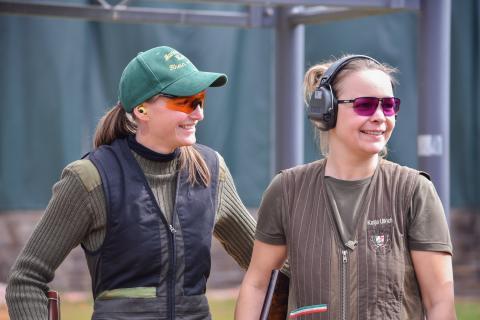 Katja Ullrich (r.) aus Nordrhein-Westfahlen gewinnt die Kombination Flinte und Büchse. Zusammen mit ihrer Mannschaft erreicht sie ebenfalls Platz Eins.  (Quelle: DJV)