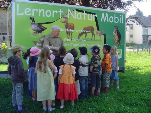 Mit dem farbenfrohen Lernort Natur Mobil kommen die Jäger in die Schule. (Quelle: LJV Saarland)