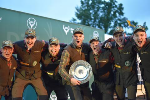 """""""Die Nummer eins, die Nummer eins, die Nummer eins... ."""" Die Junioren der Landesjägerschaft Niedersachsen e.V. errreichen den ersten Platz in der Mannschaftswertung."""