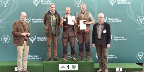 v.l.r.: Bundesmeister Büchse: Henning Gruß (Mecklenburg-Vorpommern); Bundesmeister aller Klassen: Philipp Sehnert (Rheinland-Pfalz); Bundesmeister Flinte: Martin Führer (Rheinland-Pfalz)  (Quelle: Kapuhs/DJV)