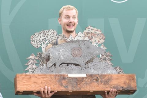 Der Gesamtsieger Philipp Sehnert mit Pokal. (Quelle: Kapuhs/DJV)