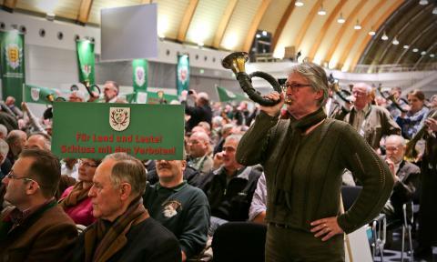 Mit Plakaten und Blashörnern haben die Jagdnaturschützer ihr Unverständnis gegenüber der Gesetzesnovelle verkündet (Quelle: DJV)