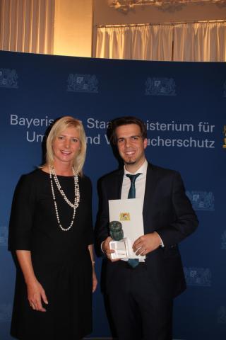 Bayerische Staatsministerin Ulrike Scharf übergibt den Tierschutzpreis an Ferdinand Baer
