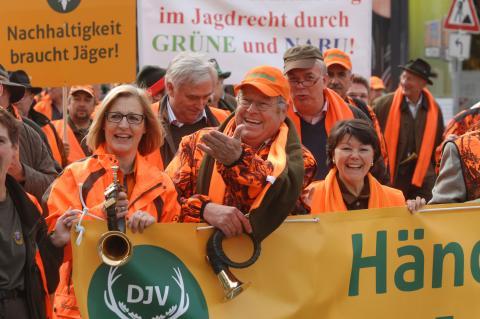 DJV-Präsident Hartwig Fischer in der ersten Reihe des Demonstrationszuges (Quelle: Seidemann/DJV)