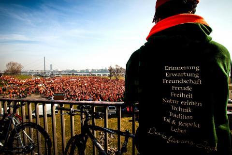 Jäger versammeln sich auf den Rheinwiesen in Düsseldorf