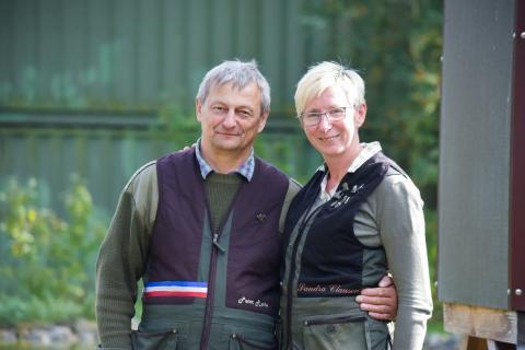 Die befreundeten Schützen Sandra Clausen und Peter Rothe haben sich vor Jahren auf dem Schießstand kennen gelernt. Sie reisten aus Schleswig-Holstein an. Herr Rothe kam durch seinen Schwiegervater zur Jagd, Frau Clausen durch ihren Mann. (Quelle: Milinski/DJV)