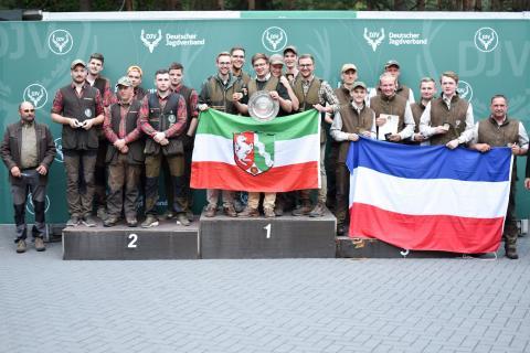 Die Mannschaftswertung Juniorenklasse gewinnt das Team aus Nordrhein-Westfalen mit 1324 Punkten. Den zweiten Platz ergattern die Junioren aus Niedersachsen mit 1306 Punkten. Platz drei belegt Schleswig-Holstein mit 1261 Punkten.  (Quelle: Quante/DJV)