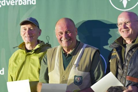 In der Seniorenklasse Büchse erreicht Richard Martens mit 194 Punkten den ersten Platz, zweiter wird Wolfgang Sehnert 193 Punkten. Dritter ist Walter Kienzler, ebenso mit 193 Punkten. (Quelle: Kapuhs/DJV)