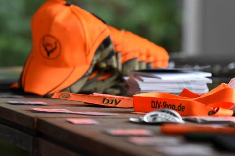 Neben Basecaps und Schlüsselanhängern werden unter anderem auch Anschlagsmarkierungen mit DJV-Branding angeboten.