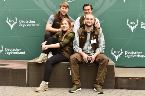 Ein Teil des DJV-Presseteams berichtet tagesaktuellen vom LJN-Schießstand aus Liebenau. (Quelle: Kapuhs/DJV)