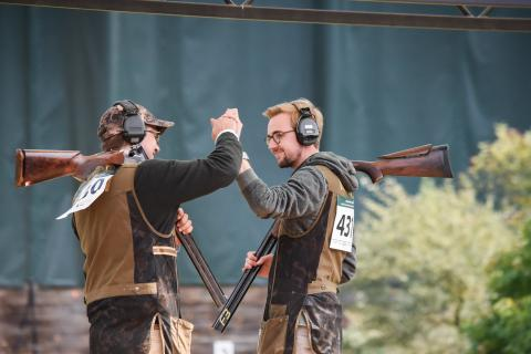Valentin Geier (rechts) freut sich mit seinem Mannschaftskollegen Andreas Meyer zu Hölsen (links) über den Sieg in der Mannschaftswertung der Junioren. (Quelle: Quante/DJV)