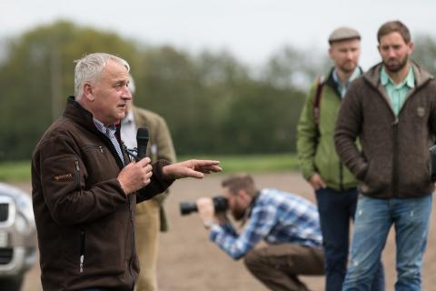 Werner Kuhn moderiert auf der Exkursion (Quelle: Seifert/DJV)