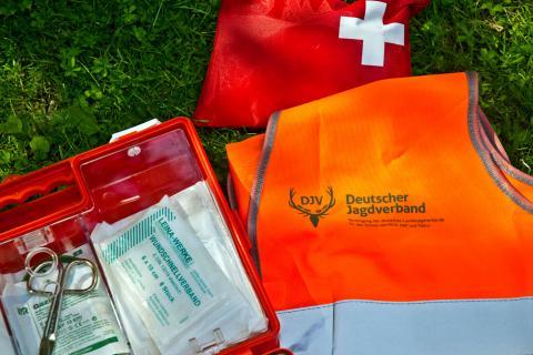 Das Erste-Hilfe-Set gehört bei jedem Reviergang in den Rucksack (Quelle: DJV)