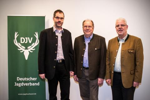 v.l.n.r Landesjägermeister Dr. Jörg Friedmann (Baden-Württemberg), DJV-Präsident Hartwig Fischer und LJV-Präsident Ralph Müller-Schallenberg (Nordrhein-Westfalen) rufen zur Solidarität auf. (Quelle: DJV)
