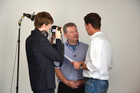 Marcus Henke (1.v. rechts) in spezieller Interviewsituation mit Klaus Lachenmaier (2. v. rechts) (Quelle: Kapuhs/DJV)
