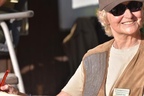 """""""Ich bin Wertungsrichterin und mache als Kreisjägermeisterin die Gesamtorganisation. Bei einer so großen Veranstaltung ist man natürlich etwas nervös."""" (Elisabeth Keil) (Quelle: Kapuhs/DJV)"""