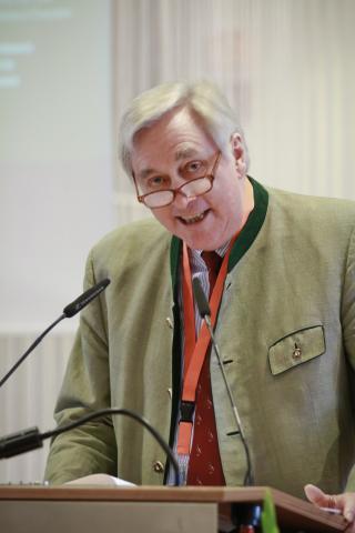 DJV-Vizepräsident Dr. Hermann Hallermann erläutert die Öffentlichkeitsarbeit des Dachverbandes.