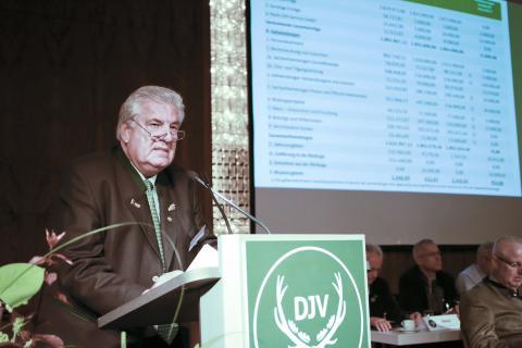 DJV-Schatzmeister Kurt Alexander Michael (Präsident LJV Rheinland-Pfalz) stellt den Jahresabschluss 2015 vor und erläutert den Haushaltsplan 2017 sowie die mittelfristige Finanzplanung des Dachverbandes.