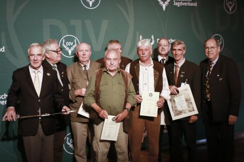Für besondere Verdienste um das Jagdwesen vergab der DJV drei Verdienstnadeln in Bronze, drei in Gold und einen Ehrenhirschfänger