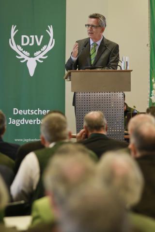 """Bundesinnenminister Thomas de Maizière: """"Jäger gelten als unauffällige und unproblematische Waffenbesitzer."""