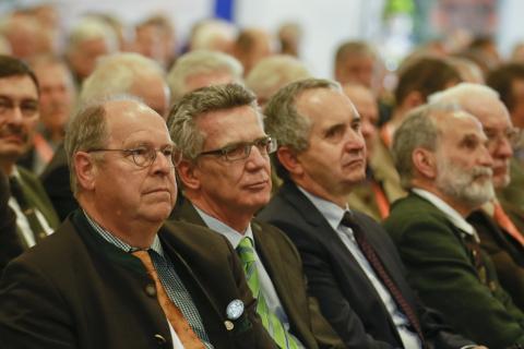 v.l.: DJV-Präsident Hartwig Fischer, Bundesinnenminister Thomas de Maizière und Thomas Schmidt, Sächsischer Staatsminister für Umwelt und Landwirtschaft, redeten auf dem Bundesjägertag.