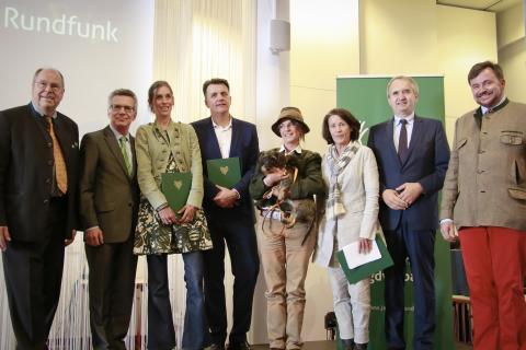 Andreas Schuler (4.v.l.) gewann mit einer 8-teiligen Serie über den Wald die Auszeichnung in der Kategorie Print. Dr. Susanne Weichselbaumer (3.v.l.) erhält den Preis in der Kategorie Hörfunk für den Beitrag