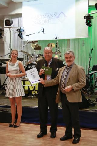 Dr. med. Kurt Mürdter gewinnt bei der Tompola einen 500 Euro Wert-Gutschein für einen Hartmann-Tresor und spendet diesen dem DJV.