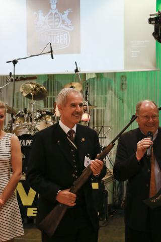 Wolfgang Milcke gewinnt bei der Tombola einen der Hauptpreise, eine Mauser M12, und spendet diese dem DJV für zukünftige Projekte mit Jungjägern.