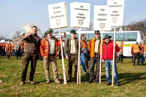Auch diese fünf Jäger sind nach Düsseldorf gekommen, um gegen das geplante Jagdgesetz zu demonstrieren. (Quelle: Gillessen/DJV)
