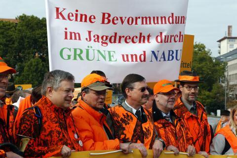 LJV-Präsident Dr. Jürgen Ellenberger inmitten von Demonstranten. (Quelle: Orlowski/DJV)