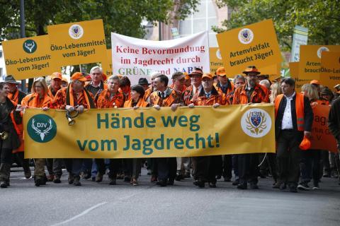Etwa 3.500 Jäger demonstrierten in Wiesbaden gegen den Entwurf der Jagdverordnung. (Quelle: Orlowski/DJV)