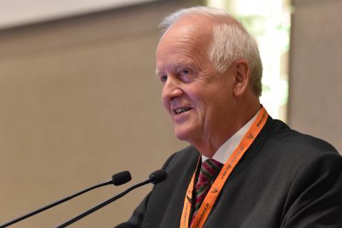 Dr. Volker Böhning nimmt die Wahl zum DJV-Präsidenten an (Quelle: Kapuhs/DJV)