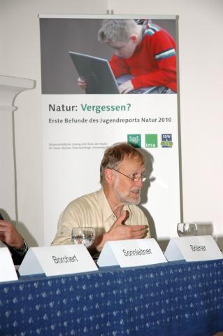 Der Natursoziologe Dr. Rainer Brämer, Universität Marburg, stellte den Jugendreport Natur 2010 in Berlin vor.