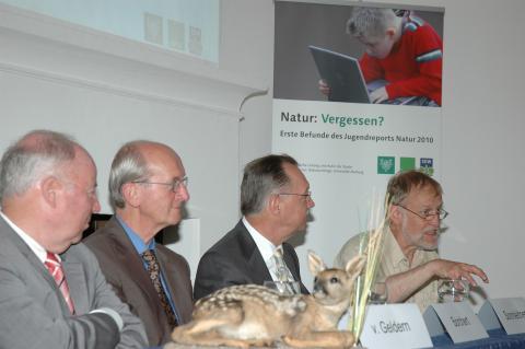 Von Hirschlingen und Hühnern, die sechs Eier täglich legen: Dr. Rainer Brämer (r.), erläutert die Ergebnisse des Jugendreports Natur 2010 vor Journalisten. V.l.: SDW-Präsident Wolfgang von Geldern, DJV-Präsident Jochen Borchert und Gerd Sonnleinter, Vorsi