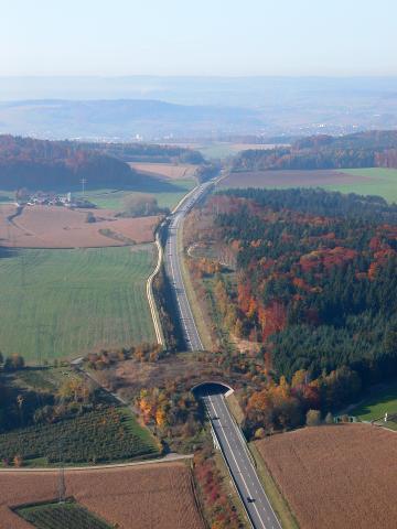 Grünbrücke über Bundesstraße im Herbst