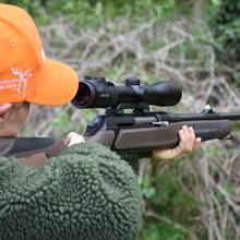 Jägerin mit halbautomatischer Jagdwaffe
