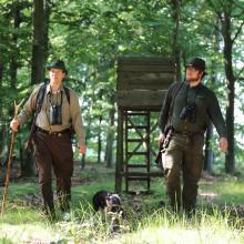 Zwei Jäger mit Hund im Revier