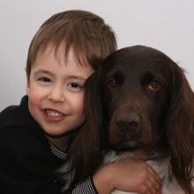 Kind mit Jagdhund