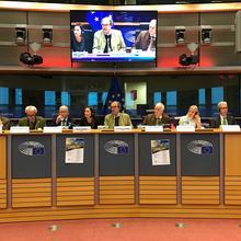 Während der Diskussion im EU-Parlament: Mitglied des EU-Parlaments Karl-Heinz Florenz (4.v.r.) und DJV-Vizepräsident Dr. Volker Böhning