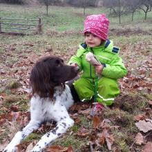 Kind mit Hund zum Tag des Hundes