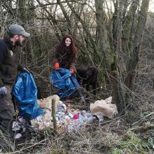 Jägerin und Jäger beseitigen Müll im Revier