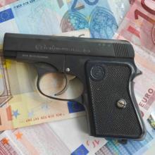 Pistole auf Geldscheinen
