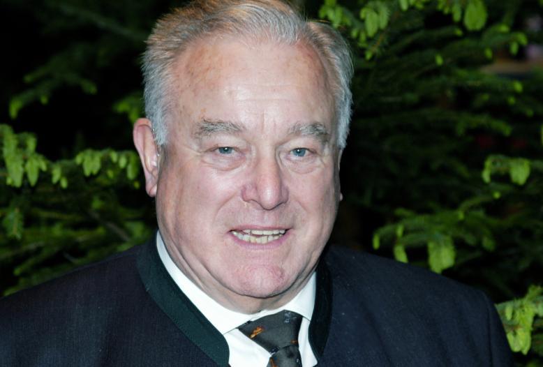 Dr. Frank, Sohn eines Oberforstmeisters und promovierter Jurist, war von 1982 bis 1995 Präsident des Deutschen Jagdverbandes.