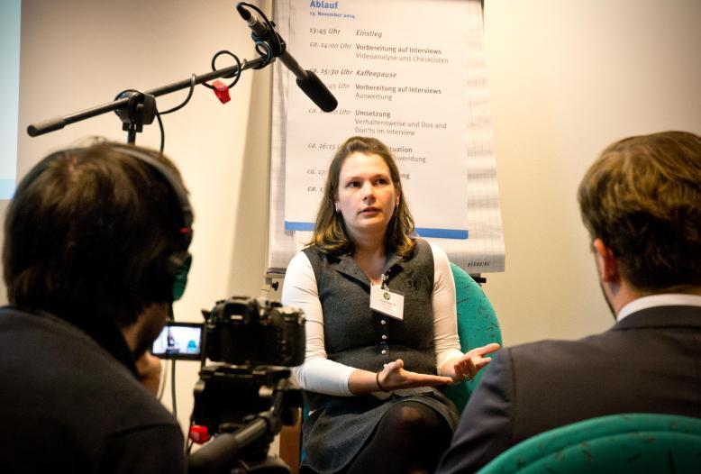 """Am 25. und 26. September bietet der DJV in Kooperation mit dem LJV Hessen und dem Journalistenzentrum Herne das Seminar """"Vor Mikrofon und Kamera"""" in Bad Nauheim an."""