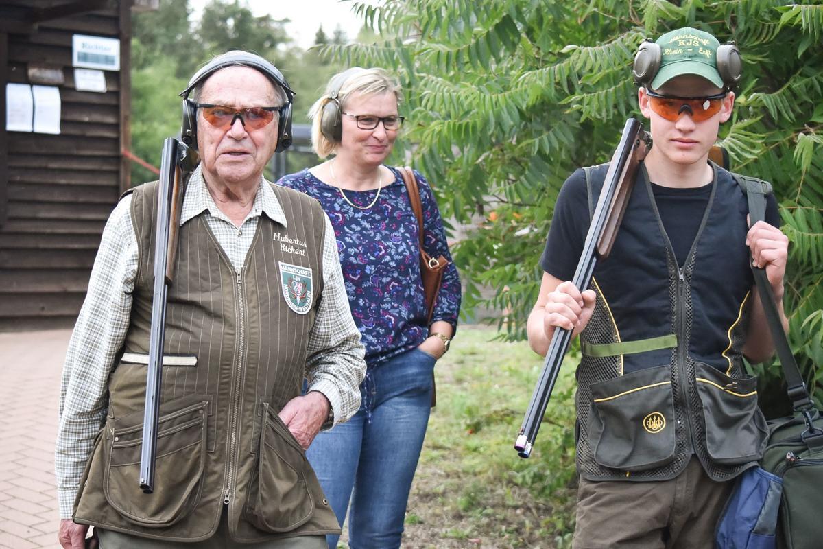 69 Jahre trennen den ältesten Teilnehmer Hubertus Rickert (85) und Justus Maaßen (16). Beide stammen aus Nordrhein-Westfalen. Am Freitag startet Oskar Linder aus Baden-Württemberg in den Wettkampf, ebenfalls 16 Jahre alt. (Quelle: Kapuhs/DJV)