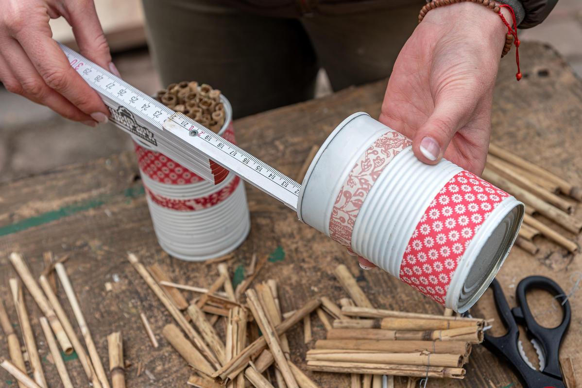 1. Länge der Nisthilfe messen. (Quelle: Kaufmann/DJV)