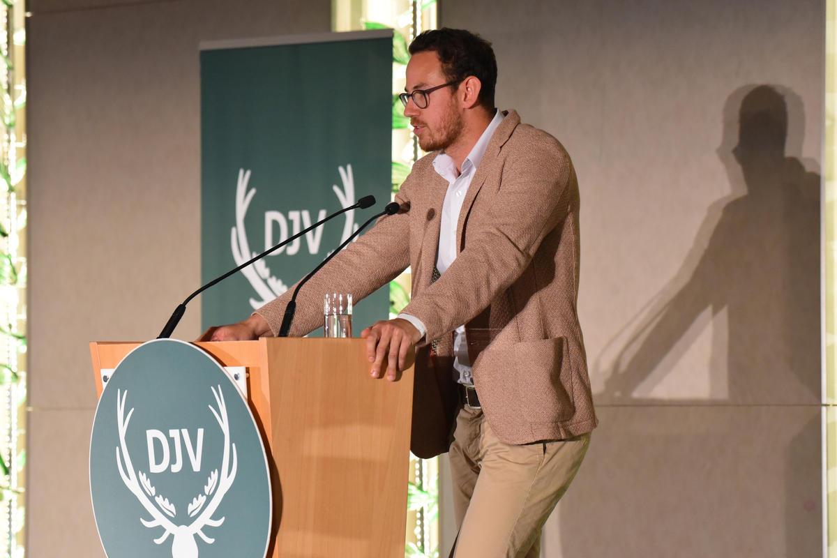 Blogger David Seitz (www.schlaraffenwelt.de) hält Dankesrede anlässlich der Überreichung des Journalistenpreises Wildtier und Umwelt auf dem Bundesjägertag in Berlin 2019 (Quelle: Kapuhs/DJV)